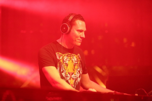 Tiesto-Headphones-official1