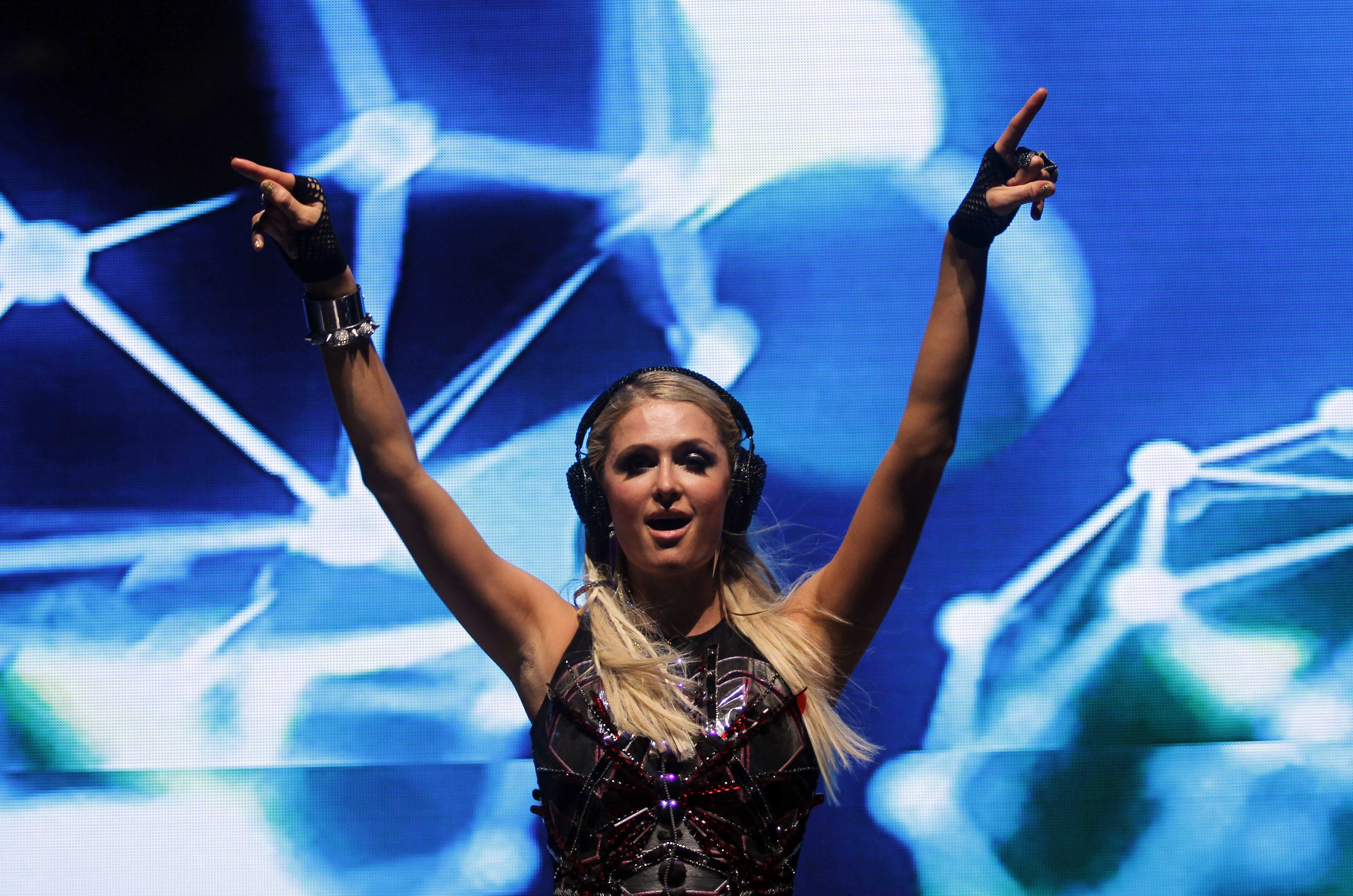 Paris Hilton had thousands of people jumping and screaming at Candolim Beach in Goa